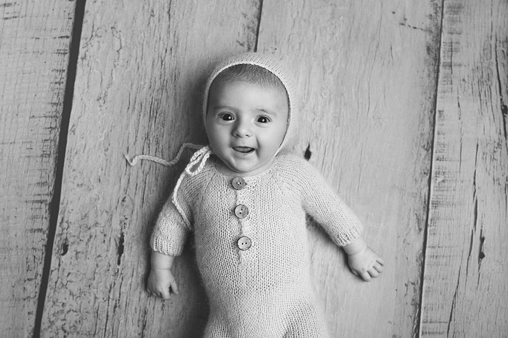 Séance photo en studio avec un bébé de 2 ou 3 mois